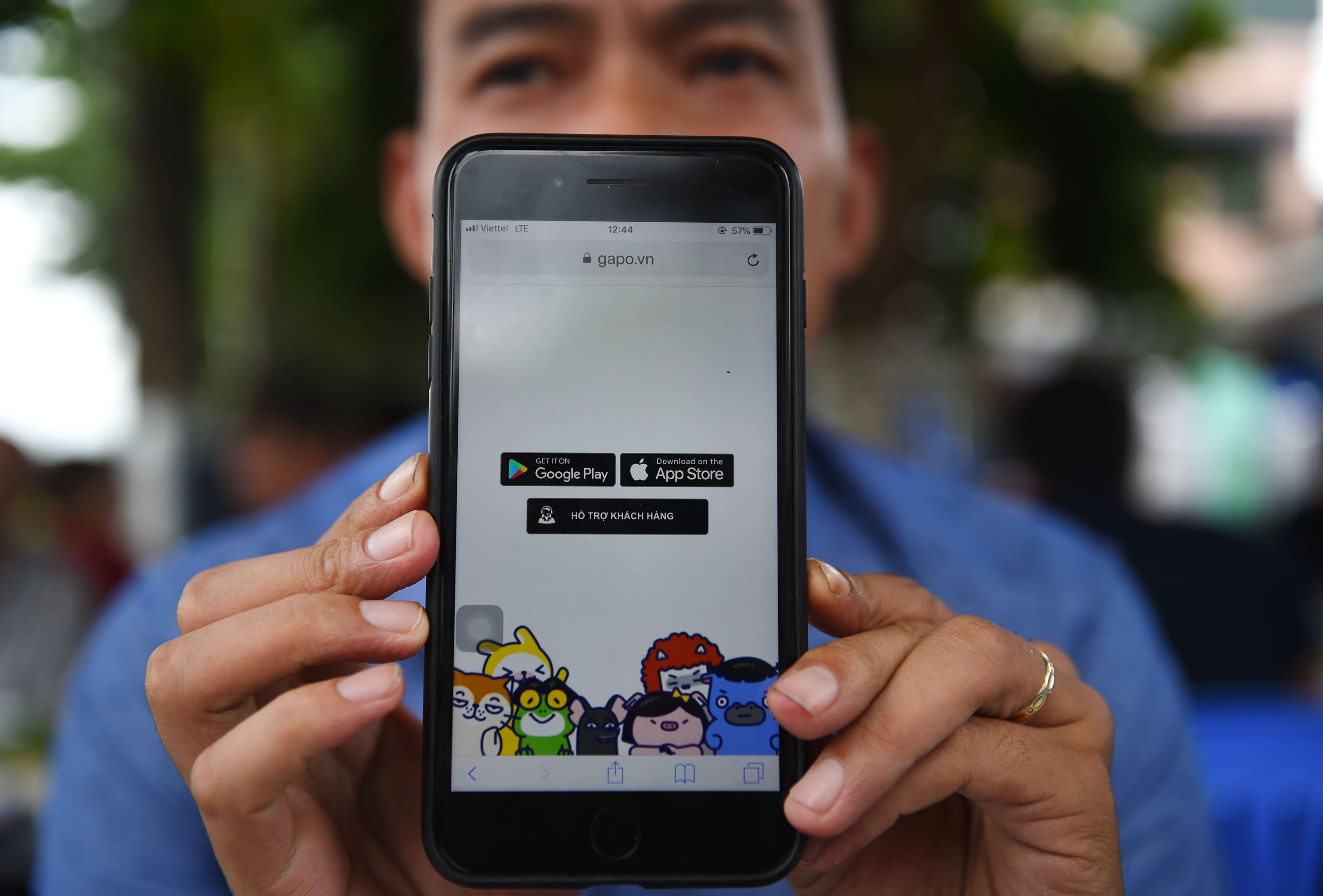 Un vietnamita muestra la aplicación desde su móvil
