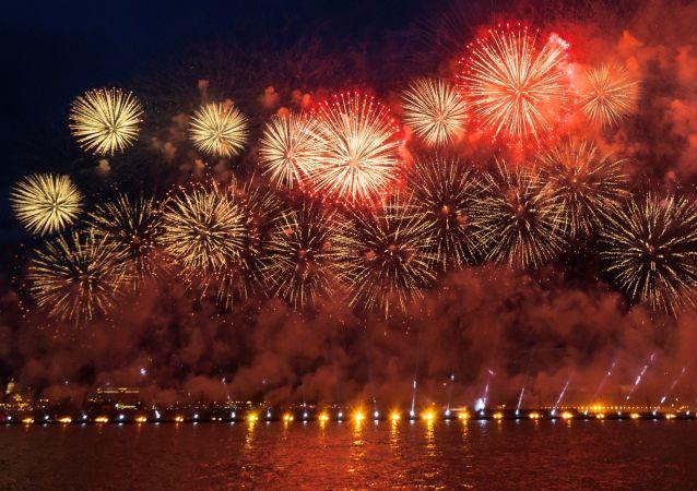 Fuegos artificiales en San Petersburgo, foto de archivo