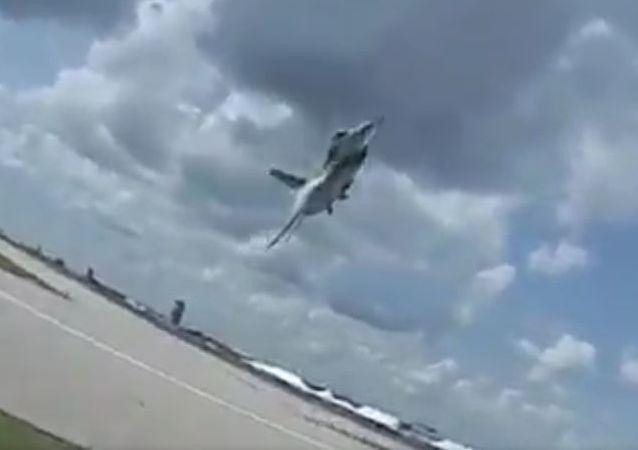 El vuelo rasante de un F-16