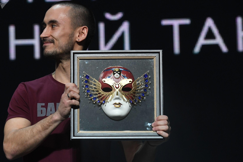 Nurbek Batulá recibe el premio teatral ruso Máscara de Oro