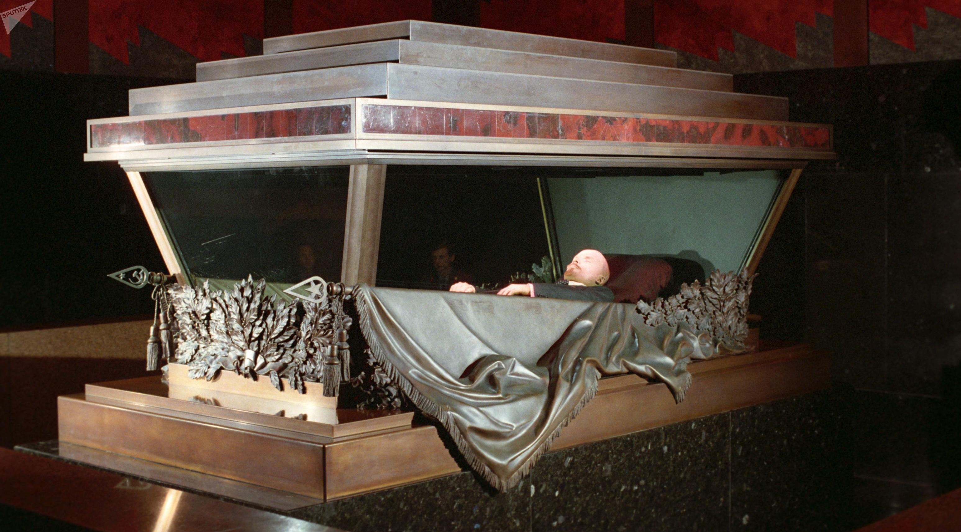 El cuerpo de Lenin descansa en un sarcófago a prueba de balas