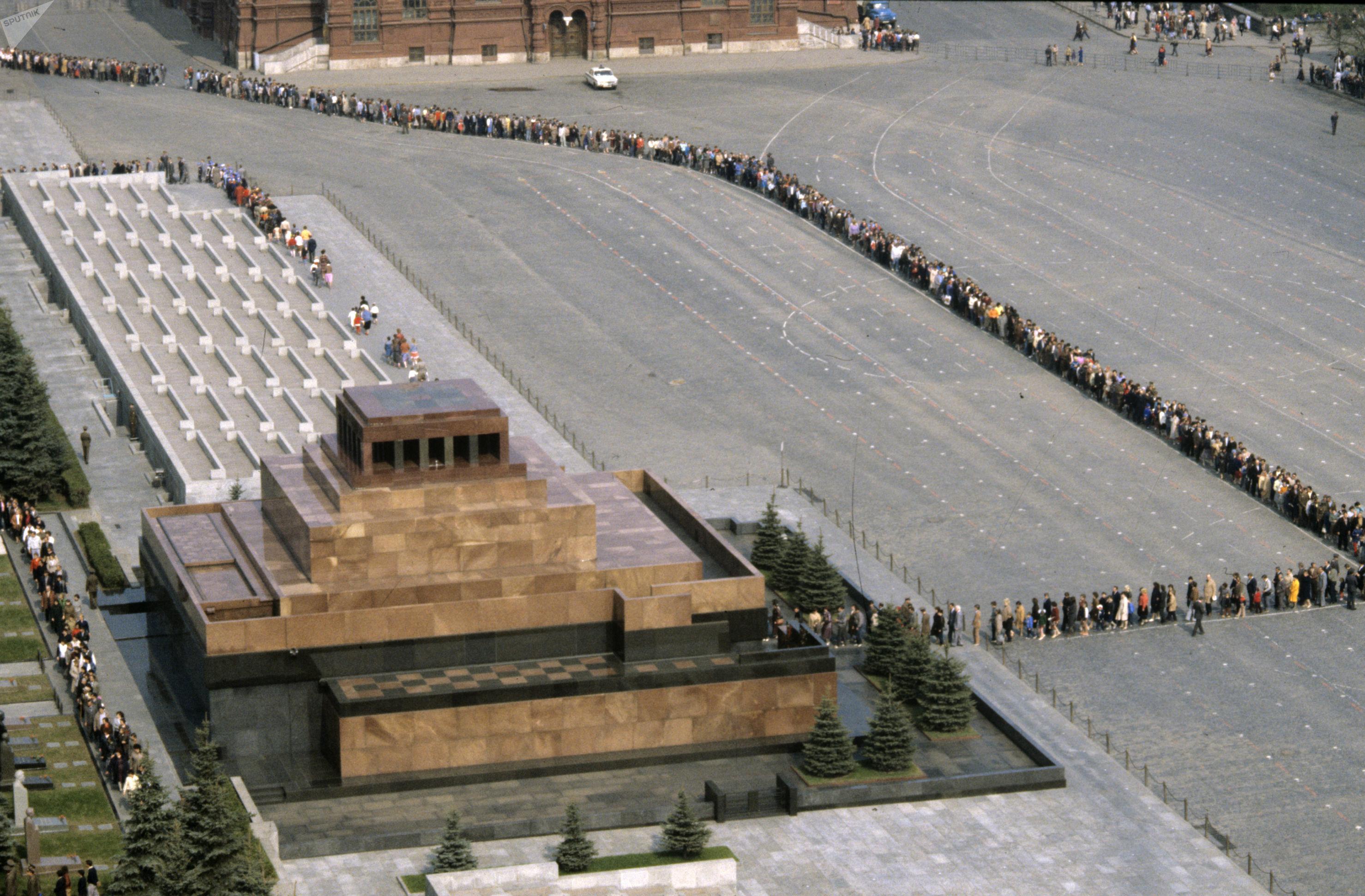 Los visitantes esperan en una larga fila en la Plaza Roja para acudir al mausoleo de Lenin, en 1987
