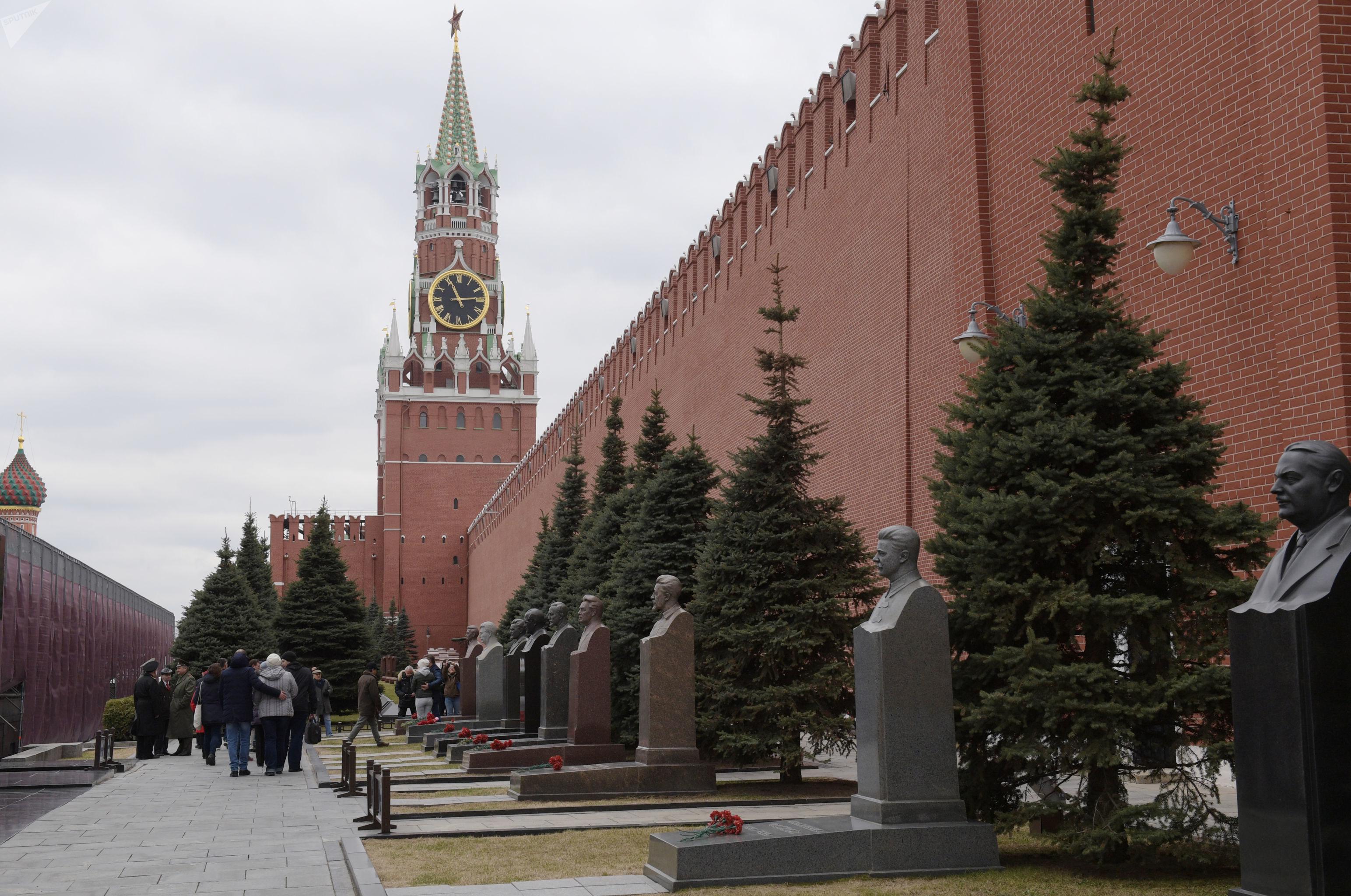La Necrópolis de la Muralla del Kremlin, ubicada detrás del mausoleo de Lenin