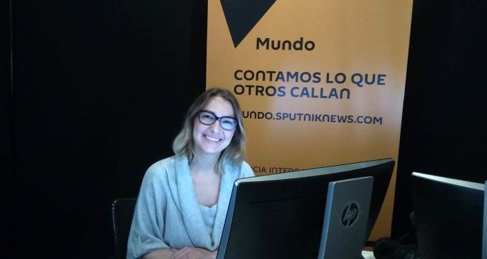 La científica argentina Evgenia Alechine en los estudios de Sputnik