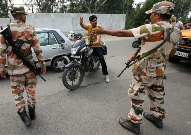 Los militares paran a un hombre en la zona restringida de Jammu