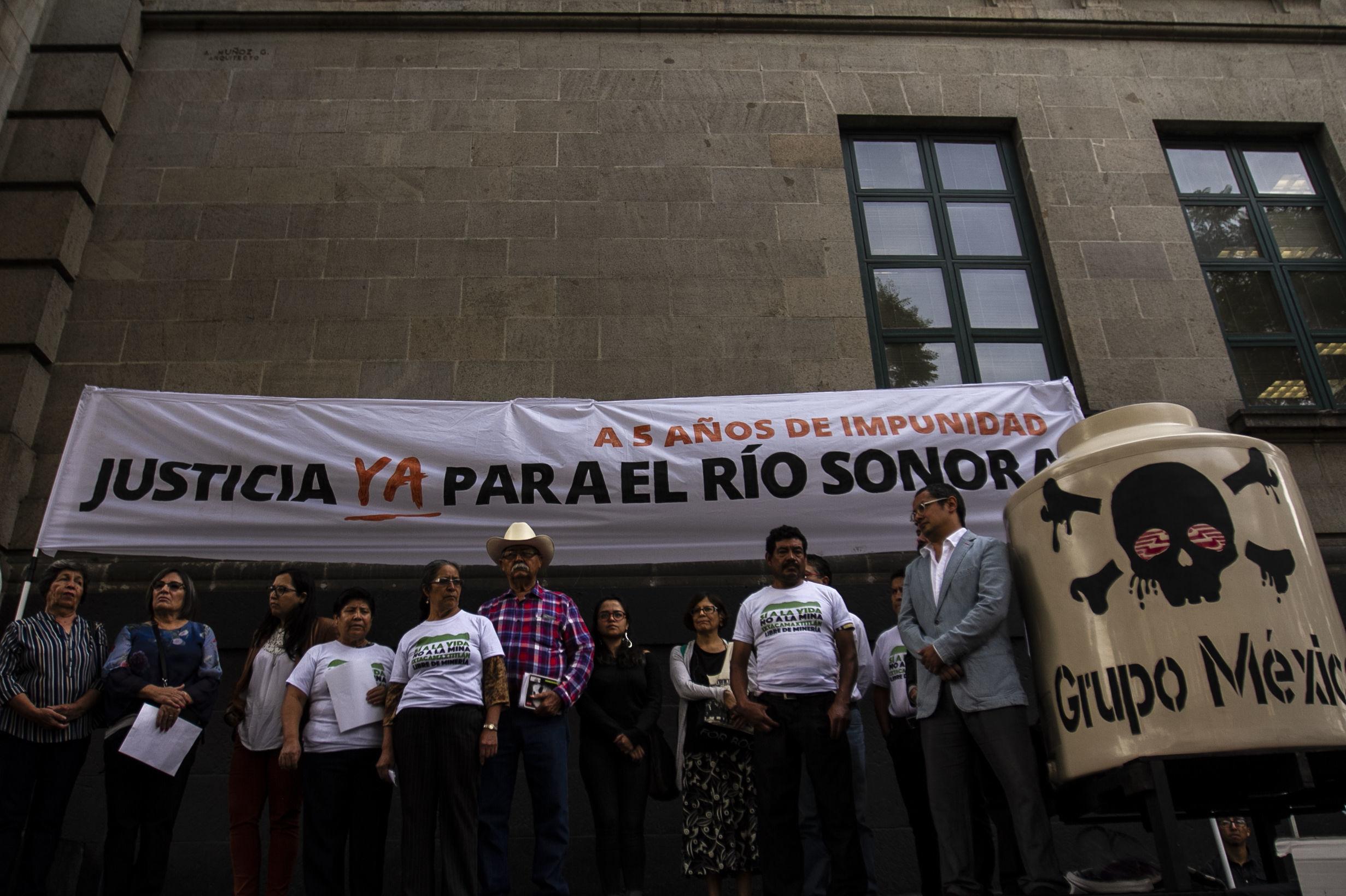 Mitin frente a la Suprema Corte de la Nación de comunidades afectadas en los ríos Sonora y Bacanuchi por lixiviados de la mina Buenavista del Cobre de Grupo México, el 6 de agosto del 2014