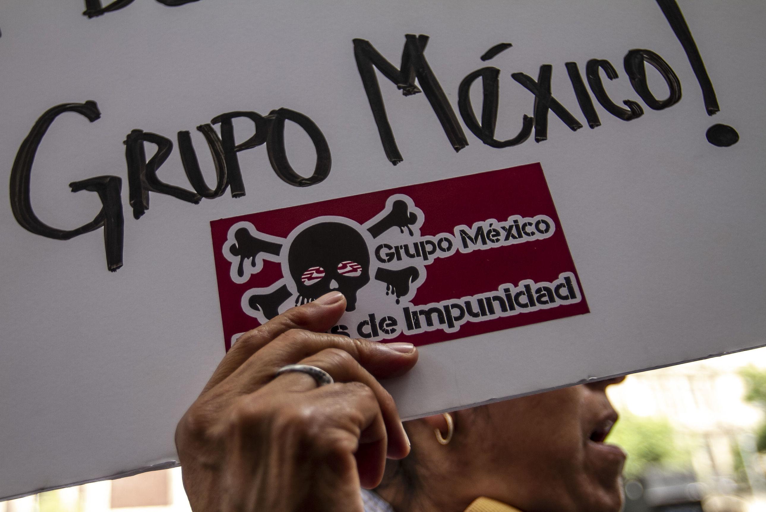 Manifestantes en el mitin frente a la Suprema Corte de la Nación de comunidades afectadas en los ríos Sonora y Bacanuchi por lixiviados de la mina Buenavista del Cobre del Grupo México, el 6 de agosto del 2014