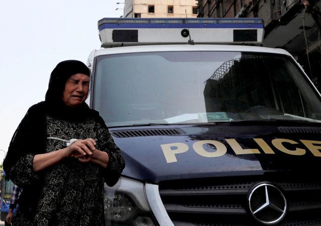 Una mujer tras el atentado en el Instituto Nacional del Cáncer de El Cairo, Egipto