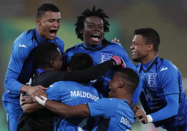 La selección de Honduras celebra su triunfo ante México en la semifinal de los Panamericanos