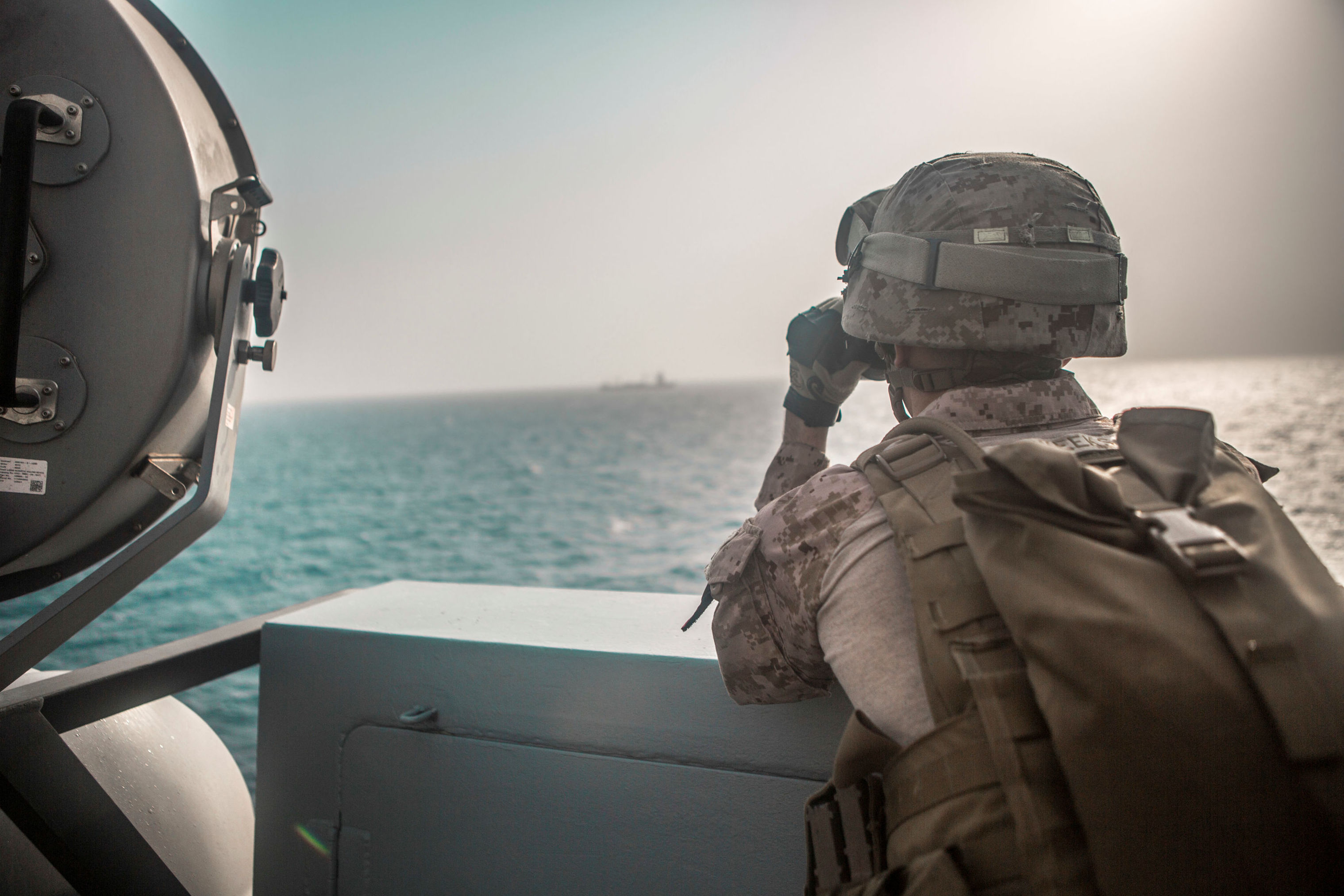 Un miltar de EEUU en el estrecho de Ormuz