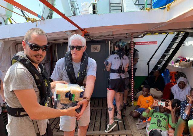 El actor estadounidense Richard Gere en el barco de rescate Open Arms