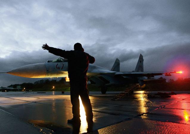 Caza Su-27 en un aeródromo en la región de Kaliningrado