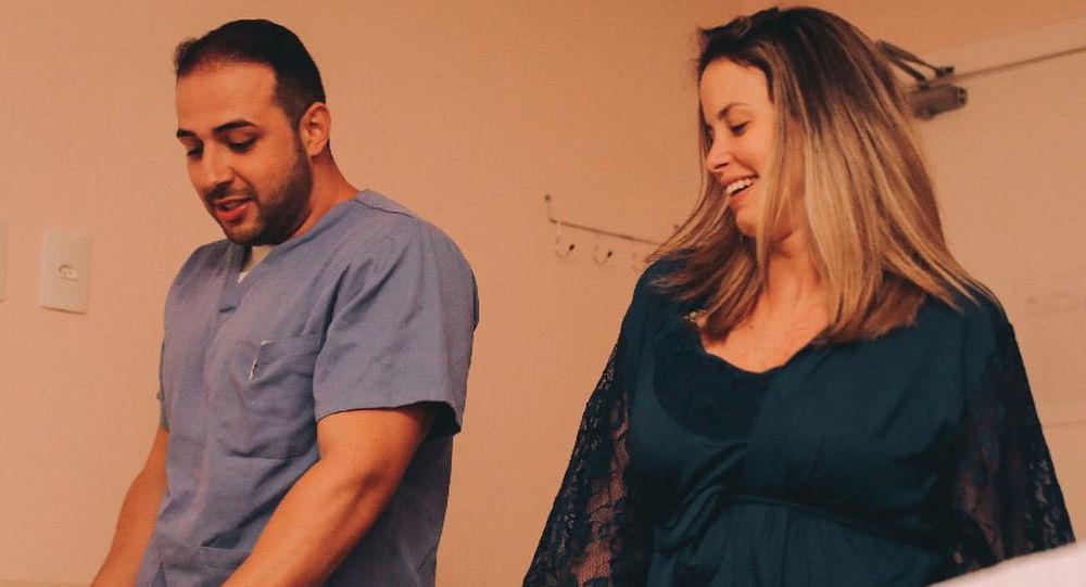 El obstetra brasileño Fernando Guedes da Cunha baila con su paciente, Camila Rocha, durante el trabajo de parto