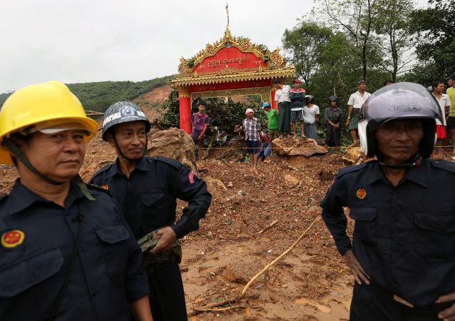 Rescatistas en el lugar del deslizamiento en Birmania