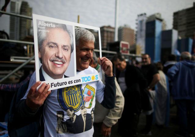 Un partidario del precandidato opositor argentino Alberto Fernández