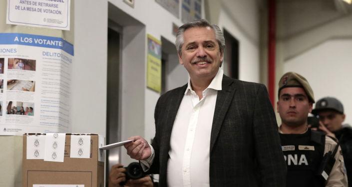 El precandidato presidencial Alberto Fernández deposita su voto