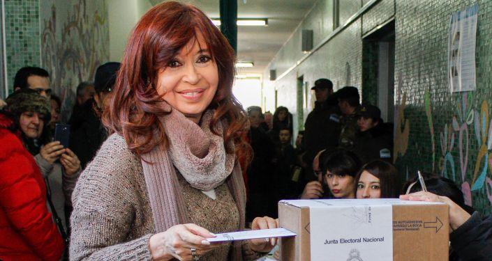 La expresidenta y actual senadora, Cristina Fernández de Kirchner, votando en las PASO