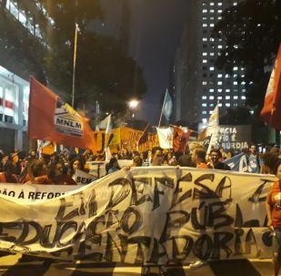 Protesta contra recortes en educación en Brasil