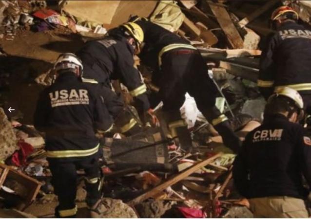 Bomberos en el lugar del derrumbe en Chile