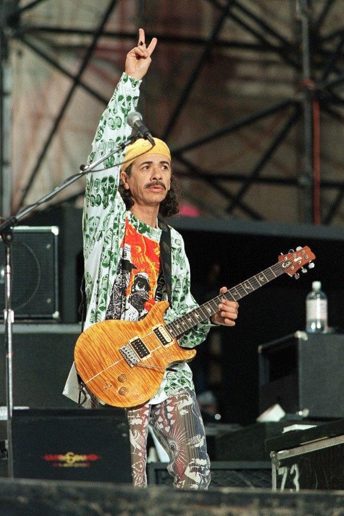 Carlos Santana durante el concierto realizado en Woodstock de 1994, a 25 años del original
