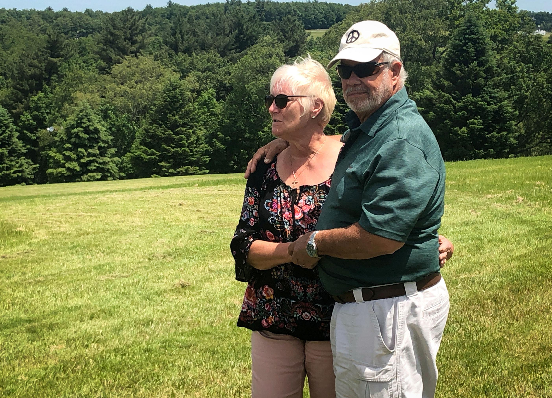 Nick Ecorline y Bobbie Kelly posan juntos en Bethel, por los 50 años de Woodstock