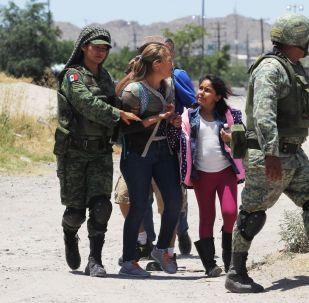 Los miembros de la Guardia Nacional Mexicána detienen a los migrantes centroamericanos