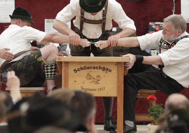 El campeonato anual de 'Fingerhakeln', en el que se compite para ver quién puede tirar más fuerte del dedo de su oponente