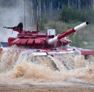 Un tanque ruso durante el Biatlón de Tanques