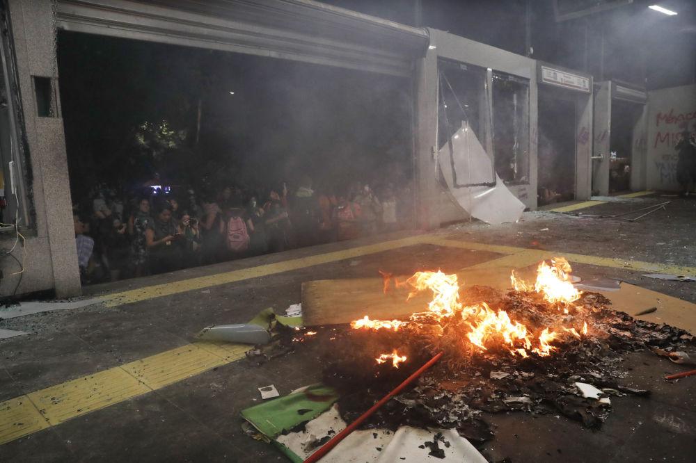 Si violan mujeres violamos sus leyes: la marcha feminista en México acaba en destrozos