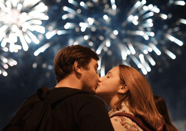 Una pareja durante el Festival Internacional de Fuegos Artificiales Rostec 2018 (archivo)