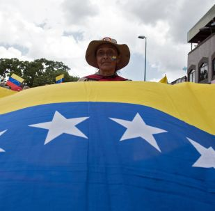 Una participante de una marcha en Caracas contra la política de sanciones de Estados Unidos