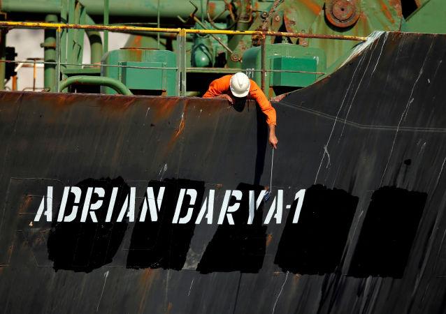 Un miembro del equipo del petrolero iraní Adrian Darya 1 (Grace 1)