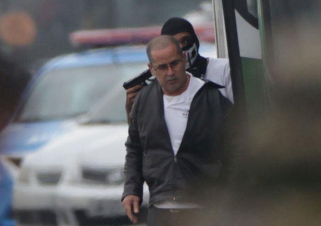 William Augusto da Silva, el secuestrador, apuntando con una pistola a un rehén