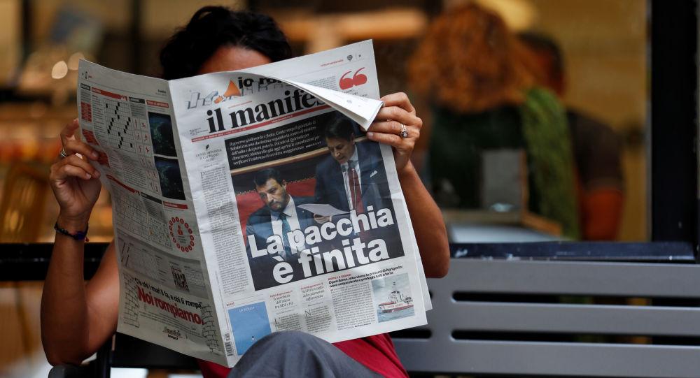 Una mujer lee un periódico con noticias sobre la crisis del Gobierno y la dimisión del primer ministro Giuseppe Conte