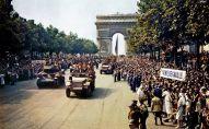 Desfile por los Campos Elíseos de unidades pertenecientes a la 2.ª División Blindada tras la Liberación de París