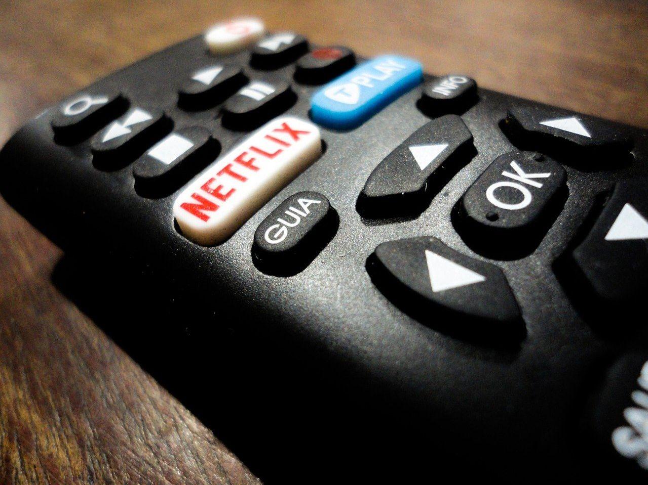 Un control remoto con botón de Netflix