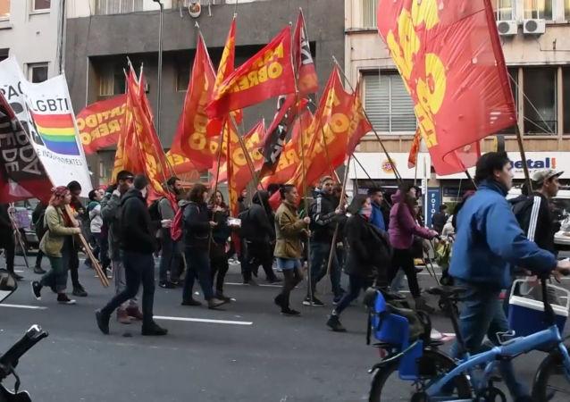 Miles de personas salen a las calles de Buenos Aires para protestar contra la austeridad