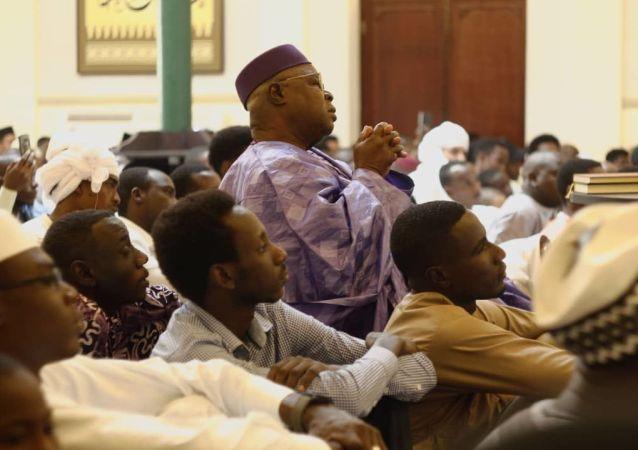 Momento de oración y culto en la mezquita Abdallah de La Habana, Cuba