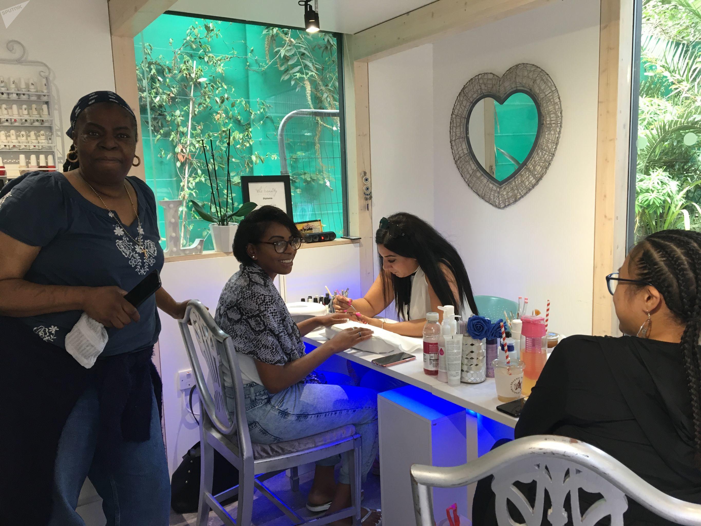 Patricia Williams en la manicura en Westway, Portobello, la víspera del carnaval