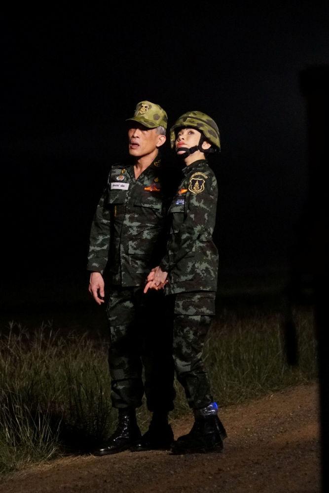 La amante oficial del rey de Tailandia lleva metralleta y pilota en top