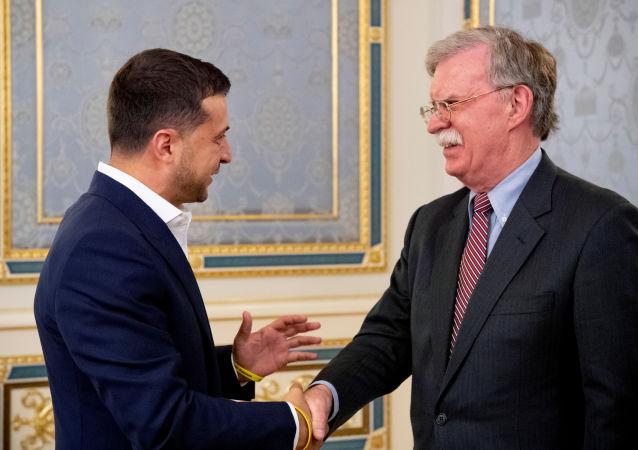 El presidente ucraniano, Volodímir Zelenski, y el asesor presidencial de EEUU para seguridad nacional, John Bolton