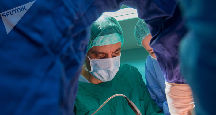 Unos médicos de centro Blojín hacen una operación