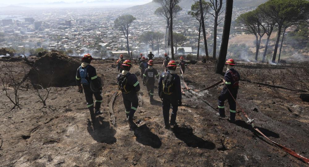 Extinción de incendios forestales en Sudáfrica (archivo)