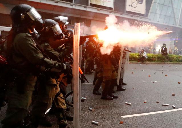 La policía antidisturbios durante las protestas en Hong Kong