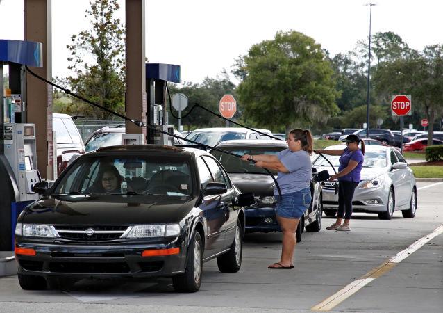 Los residentes de Florida llenan sus coches con gas tras el aviso del huracán Dorian