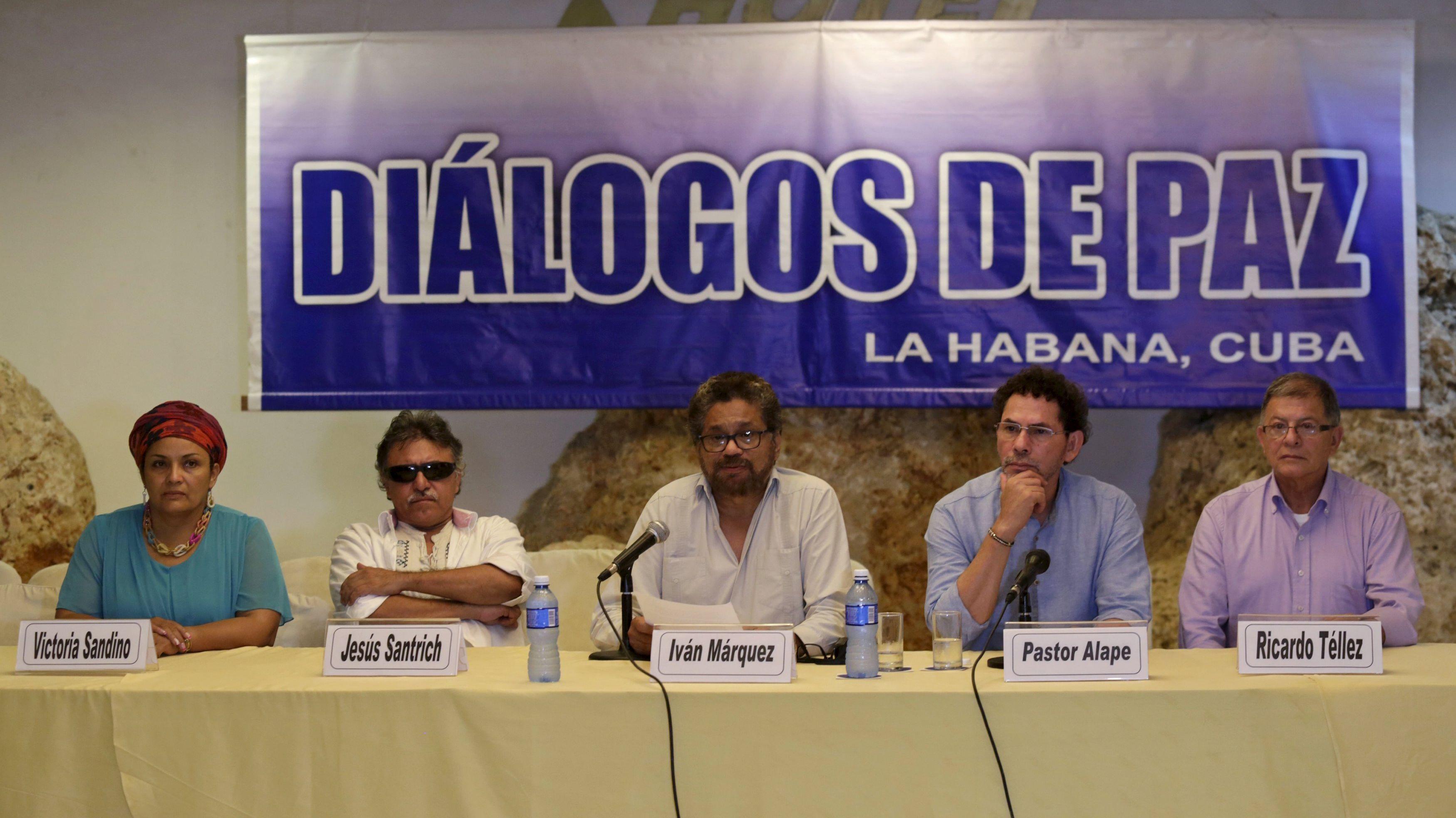 Jefe negociador de las FARC, Iván Márquez (centro), en La Habana