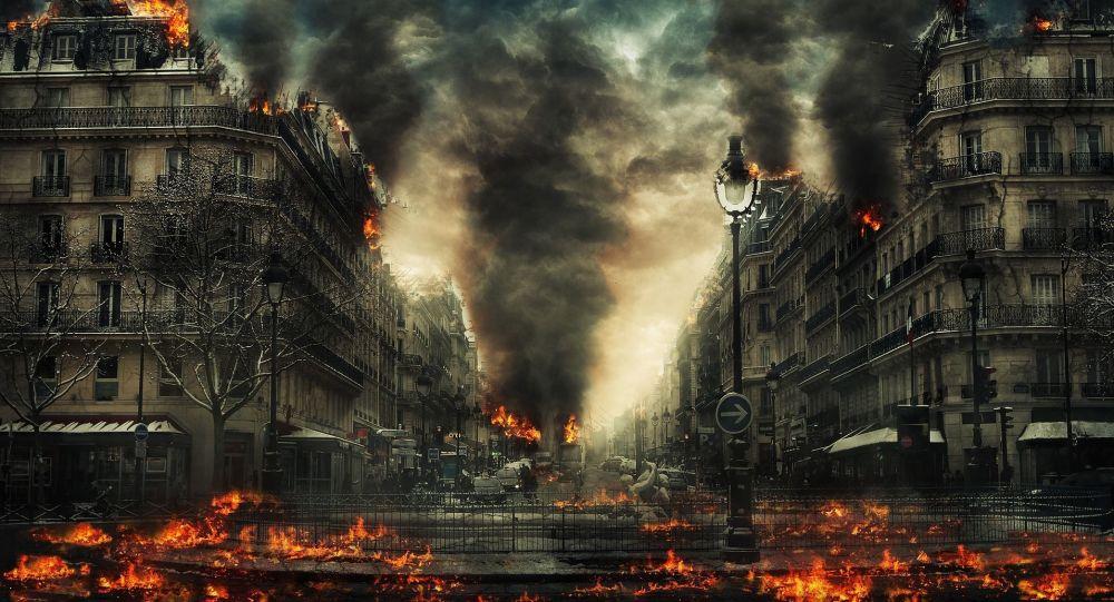Una ciudad en llamas y humo