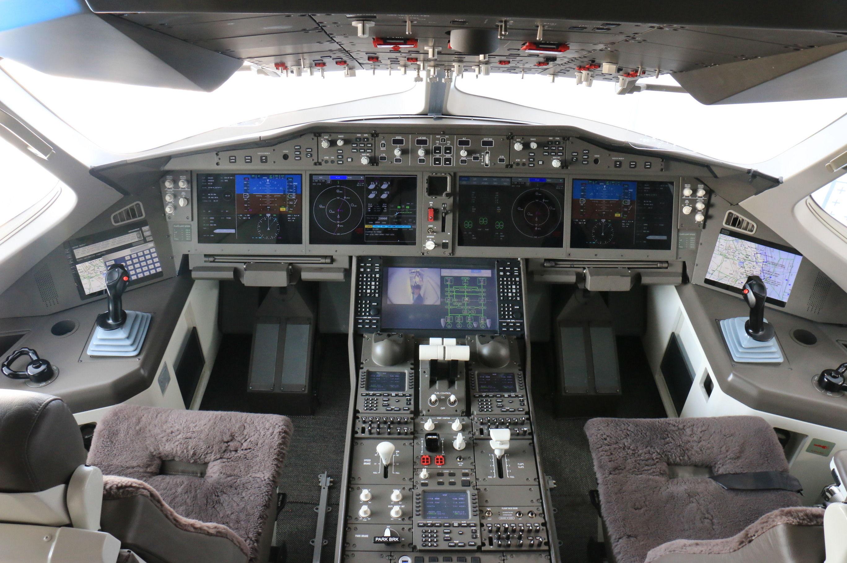 Una maqueta de la cabina de pilotos del CR929