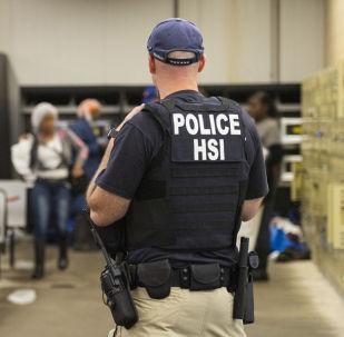 Un oficial del Servicio de Inmigración y Control de Aduanas de los Estados Unidos