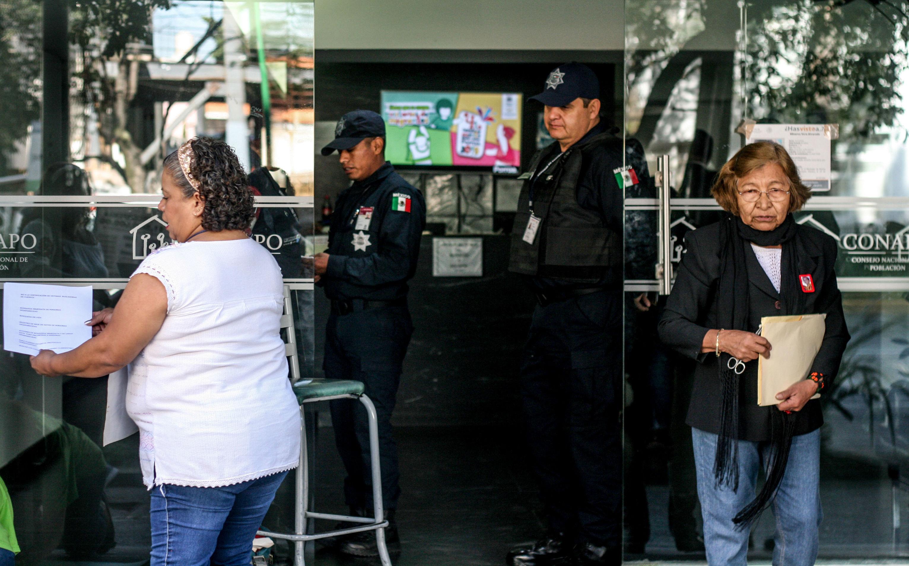 Patricia Manzanares y Teresa Vera durante la clausura simbólica de la Comisión Nacional de Búsqueda, en la ciudad de México, durante el día internacional de las víctimas de desaparición forzada